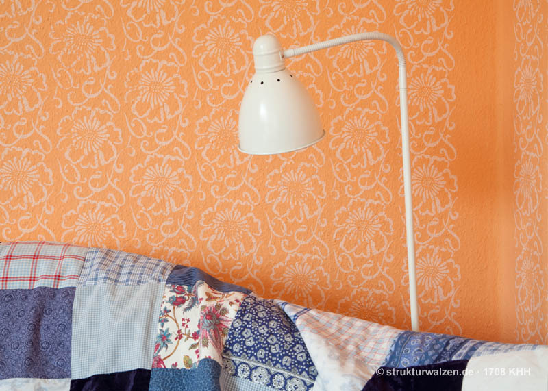 Orange Wand mit Blumenmuster